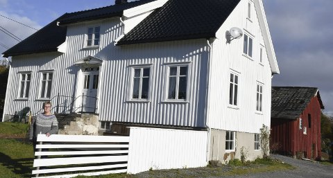 Eidbo: Marianne Fløistad har restaurert hovedhuset på Eidbo, mens låven i bakgrunnen - som nå er tatt ned, var i dårlig forfatning allerede da hun arvet eiendommen etter sin onkel og tante i 2008. Arkivfoto