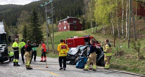 Personbilen er totalvrak etter sammenstøtet. Brannmannskapene er i gang med å rydde opp. Foto: Stein Åge Johansen.