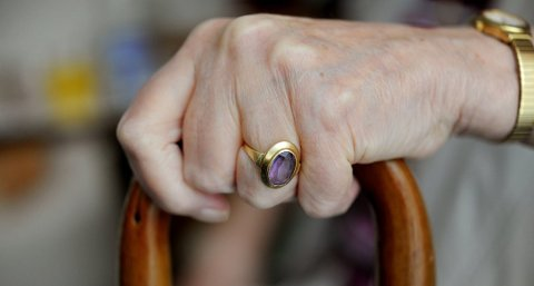 STERKERE: Gripestyrken er bedre hos de eldre, ifølge en ny undersøkelse.