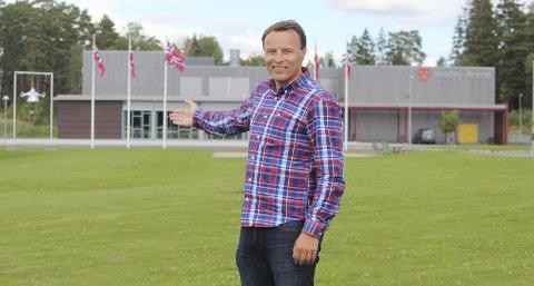 HER VIL MAN BYGGE: På gressplen foran idrettshallen Vestby Arena ønsker byggekomiteen å legge den nye svømmehallen. Her ser vi leder av byggekomiteen, Rune Bjørseth (Ap), vise plassen man vil bygge på. FOTO: MATTIAS MELLQUIST