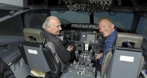 Prøvetur: Stortingsrepresentant Svein Flåtten (H, t.v.) fikk prøve seg i flyskolens Boeing-simulator. Daglig leder Frode Granlund til høyre. Foto: Per Langevei