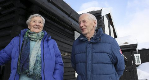 SISTE SESONG: Margot (76) og Aage (79) Aas har sørget for gjester på Skistuggu i over tjue år. Nå skal de holde på ut sesongen, da overlater de til andre å føre Skistuggu-tradisjonen videre. - Vi har møtt mange trivelige folk, mange faste gjester som setter pris på Skistuggu, og vi håper at nye koster kan gi enda mer liv til Skistuggu, sier de. Foto: Tor Enget