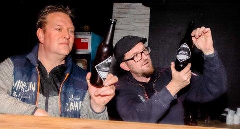 Ole Magnus Holm og Trond Nielsen i Kulturbrakka i Ås med det nye ølet som vil være klart til de første gjestene får komme inn i lokalet på nyåret.