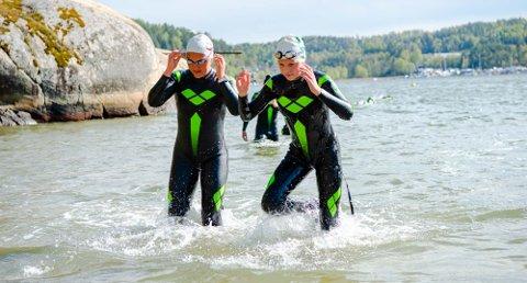 I VANNET: Trener Marlene Pedersen (23) og Ella B. Dreyer (14) i godt driv.