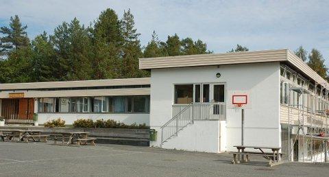 Gjerstad skole er en av skolene som skolerapporten har gjennomgått grundig. I flere av forslagene foreslås den lagt ned. Nå må alle involverte smøre seg med tålmodighet, da saken ikke kommer opp før over nyttår.