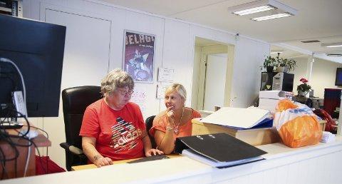 En trist dag: Bingovertene Kirsten og Helen har styrt sjappa i en årrekke. De syns naturligvis det er tungt og trist at bingohallen nå legges ned, og at de dermed mister jobben.      – Det var et sjokk å få beskjeden om at hallen skal legges ned. Vi har hatt en tøff sommer, sier de. Foto: Marianne Stene