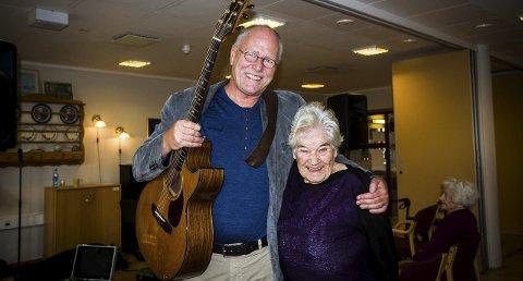 RØRT: Lars Martin Myhre fekk Ingeborg og mange andre til å både le og grina då han hadde konsert på eldresenteret i Meland måndag. Ingeborg Myrtveit fekk takka visesongaren personleg for den flotte opplevinga etter konserten.