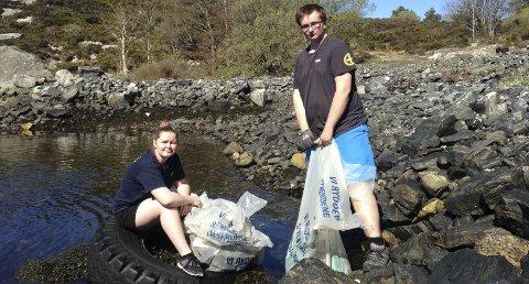 Amalie fra RS Ung Sotra og Markus fra RS Ung Bergen stiller for miljøet og rydder under årets strandryddedag.