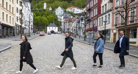 FINN EN FEIL: De har funnet sin Abbey Road, men det mangler noe. Høyre-politikerne (f.v.) Charlotte Spurkeland, Eivind Nævdal-Bolstad, Emma Erlandsen og Harald Victor Hove vil ha flere fotgjengerfelt i sentrumsgatene, som her på Vetrlidsallmenningen. FOTO: EMIL W. BREISTEIN