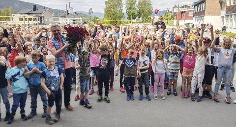 60 ÅR: Bentsen blir har feiret med 60 røde roser og stor jubel fra elevene ved Krøderen skole.