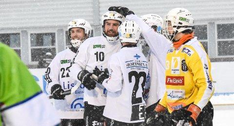 VIKTIG SCORING: Her har Simon Stavis (nr. 10 i  midten) nettopp scoret Solbergs 5-3-mål mot Mjøndalen i 2. juledagsoppgjøret på Solbergbanen. Det ble også sluttresultatet. MIF-keeper William Falch (t.h.) måtte konstatere at det ble SSK-triumf.