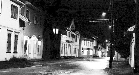 Storgata: Før jernbanens inntog til Hokksund var Storgata, bygdas sentrum. Dette nattbilde fra nedre delen av Storgata i gamle-Hokksund er tatt rundt 1962. Bildet utlånt av Erik Steen.