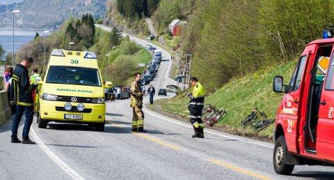 Sykkelulykke på riksveg 5 ved Eikefjorden. Ni syklistar frå Flora cykleklubb involverte.