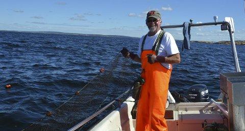 Slitsomt: Det er en stri jobb å trekke et 60-talls ruser. Spesielt i sommer med mye tang og annet rusk og rask i sjøen.
