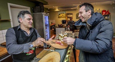 1 SMAK AV ITALIA: Stefano Ruscelli i «Cosmo italienske delikatesser» byr på en smak fra hjemlandet. Andrea Loberto likte det han fant i Fredrikstad sentrum. 2 LIKER BYEN: Loberto har vært i Fredrikstad tidligere, på sommerstid. – Dette en en veldig fin by, slår han fast. 3 treårskontrakt: 42-åringen skal være FFK-trener de tre neste sesongene. Han er allerede godt i gang med jobben.