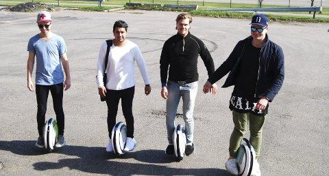 Ut på jobb: Det er rundt 20 selgere i Orange AS, alle menn, og minst halvparten av dem velger enhjuling når de jobber. Fra venstre Stian Berg Sundhagen (23), Mikael Jordbræk (25), Joachim Nilsen (26) og Espen Halvorsen (23).