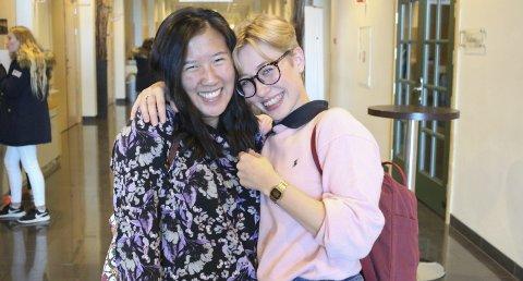 FLINKE JENTER: Anne Joo Yun Marthinsen (t.v.) og Hedda Mathilde Langvik går på sciencelinja på Greåker videregående skole. De er veldig fornøyde. – Her går du på skolen med likesinnede som har de samme interessene som deg, forteller de.