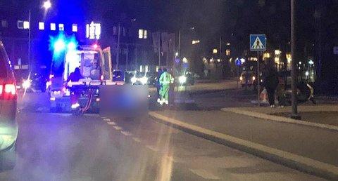 En mopedfører måtte fredag ettermiddag få bistand fra ambulanse etter en singelulykken utenfor COOP Extra i Mosseveien i Fredrikstad sentrum.