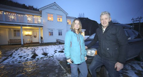 IDYLL: Inga-Lill og Bjørn Ekrem kjøpte drømmehuset i Leirvik. De stiller spørsmål om det er rett å bompengefinansiere trafikksikkerhetstiltak som ei rassikring, og frykter at store bompengeregninger for pendlere kan resultere i at det som skulle vært fornuftige utbygginger av infrastruktur, i stedet blir noe som bremser utviklingen.  foto: Fritz Hansen