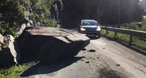 En stor steinblokk har rast ut i veien ved Seglsteinberget i Ibestad kommune.