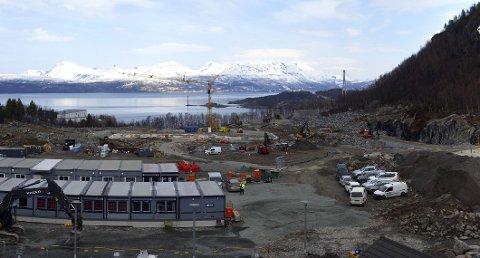 BYGGEPLASS: Fra nå er sykehustomta omgjort til byggeplass. Nå starter arbeidet med en av de sju fløyene.
