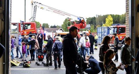 FOLKSOMT: Mange besøkte Kopstad brannstasjon da de arrangerte åpen dag.