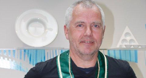 Marthon Tjessem er den første som mottar NKFs gullmedaljong på grønt bånd.