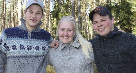 Jakt: Første dag av elgjakta er hellig. Amalie Madshus og Jakob Gundersrud (til venstre) tar seg fri fra skolen denne dagen, mens Leif Ove Bredvold venter til ettermiddagen med å jakte elg.