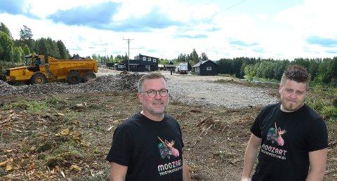 KKAN BLI FLYTTING:  Arrangementsansvarlig Henning Myrer, til høyre, og Lars Håkon Blostrupmoen på det aktuelle området som har skapt konflikten med Åsnes kommune.