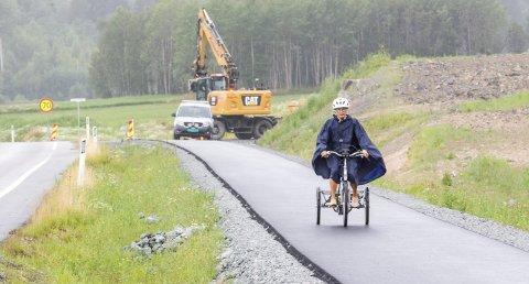 Suser av gårde: Scarlett Rømcke Moe i fint driv på den nye gang- og sykkelveien mellom Øiseth og Langeland. Bilder: Kjell R. Hermansen