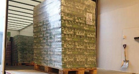 ALKOHOL: Beslaget er det neste største av øl gjort i Tolletaten så langt i år. 7700 liter øl, 765 liter brennevin og 300 liter vin sto på paller bak i lastebilen.