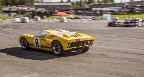SJELDENT SYN: Ford GT40 er ikke daglig kost i Lillehammer-trafikken. Det er bare en smakebit på hva du kan se, lukte og høre på Birkebeineren skistadion på lørdag.