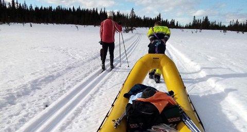 KREATIVE: Nordre Land brannvesen la ut på tur i skiløypene på Vingromsåsen for å hente en person ut fra skiløypene som hadde brukket ankelen.