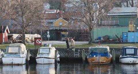 LEKKASJE: Diesellekkasjen som kom ut i Tista kom ikke fra en av båtene som ligger i Tista, slik som først antatt.