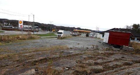 BYGGES HER: Det vil være oppstart på bygging av ny parkeringsplass i Aksdal denne uka.