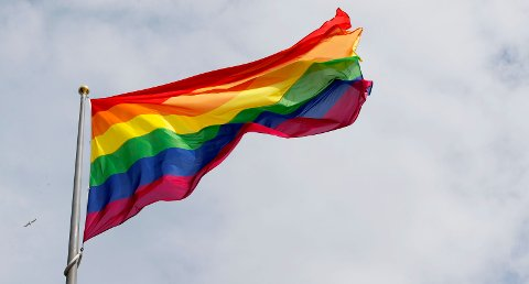 Oslo  20170629. Regnbueflagget heises pv Rvdhusplassen torsdag i forbindelse med at Oslo kommune markerer Oslo Pride 2017.  Foto: Lise vÖserud / NTB scanpix