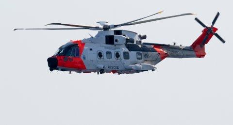 SØKTE: Redningshelikopter og flere båter søkte i området.