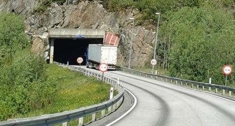 SMELL: Her har lastelemmen blitt slengt opp på lastebilen i det den kjører inn i Holandsvikatunnelen. Helge Kleivhaug var rask på bremsen og oppe med telefonen da han skjønte at det kom til å gå galt.