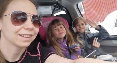 TO DØTRE: Mamma Hanne Christine Holmgren Sundfær og døtrene Mia og Alise Victoria. Det ordnet seg med skoleskyss for dem, men dette gikk utover skoleskyssen for andre barn i Neiden.