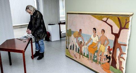 Store bilder: Rino Harvegs malerier vil dekke store deler av Kragerø Kunstforenings vegger i Kirkegata. Til venstre Sigbjørn Eliassen i Kunstforeningen