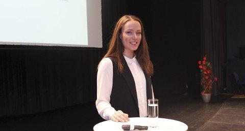 Lokalt bidrag: Ingeborg Tennes fra Svolvær holdt foredrag om internasjonale relasjoner under årets kvinnekonferanse. Hun synes det var stas å komme til hjembyen og fortelle hva hun driver med.