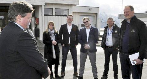 Besøk: Vågan-ordfører Eivind Holst på Svolvær lufthavn Helle med blant annet samferdselsminister Ketil Solvik-Olsen (til høyre) tidligere i vår.