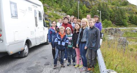 Protesterer: Innbyggere med skolebarn på Moskenes, Tind og Å protesterer mot at ikke barna får skoleskyss mer.Begge foto: Karin P. Skarby