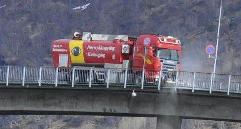 Spylte: Det var spylefunksjonen på bilen som ble testet ut på Svinøybrua onsdag. Foto: Åshild Marita Håvelsrud