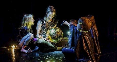 Mørkemodig: Kritikerrost forestilling tar deg med på vandring i mørket. Foto: Mariell Amélie Lind-Hansen