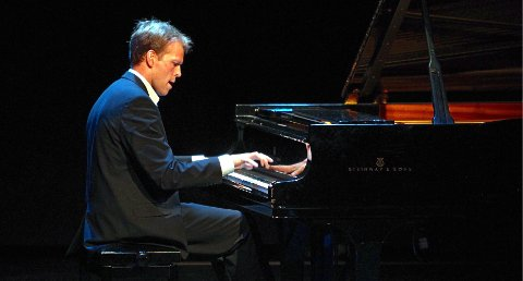 PÅ PIANO: Trond Schau velger seg noen favoritter av Grieg.