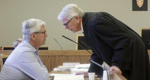 OMRÅR SEG: Adm.dir. Ole Tor Oleivsgard (til venstre) i T. Engene AS og selskapet advokat Erling Marelius Erstad i Moss tingrett.