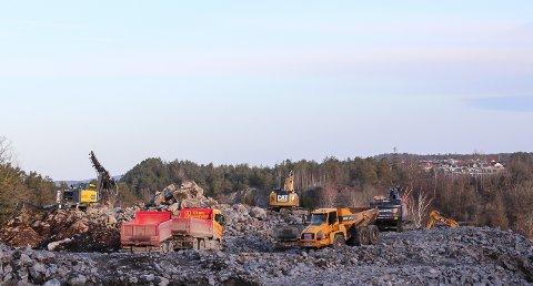Omfattende: Det er omfattende sprengningsarbeider fra  åsen ved  Kilsbakken og mot Mølleåsen.