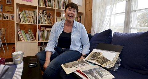 Avisutklipp: Elisabeth Aamodt Stubbrud har en perm med avisutklipp, blant annet et fra første arbeidsdagen hun hadde i Sandbu barnehage.