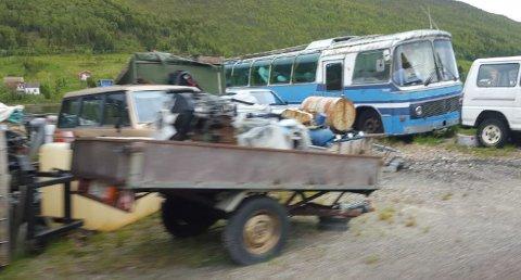 SØPPEL: Kattfjord utviklingslag gremmes over at bygda Sjøtun ønsker turister velkommen med masse søppel og skrot. (Foto:privat)